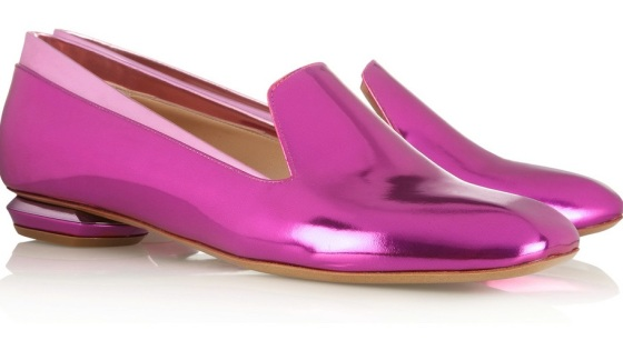 We think these Nicholas Kirkwood metallic slippers are just gorgeous. The mirror effect leather and the baby pink trim make these shoes the perfect spring pair. And don't you just love the Kirkwood signature structural heel? I can't wait to get my hands on these babies!
